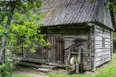 Aitta - harmaa aitta hirsi hirsirakennus vanha rakennus maalaisrakennus kesä idylli salvos salvottu tahko