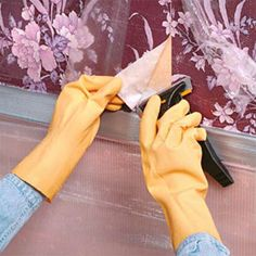 Tips for removing wallpaper.very hot water and a bit of fabric softener Diy Wallpaper, Removing Wallpaper, Home Fix, Wooden Picture Frames, Fashion Couple, Home Repair, Plates On Wall, Furniture Making, Cleaning Hacks