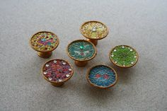 Miniature mosaic birdbaths - these are made with chess pawns (cut down) for the base, and the mosaic are thin strips cut from paint sample strips and then cut down into squares - a good idea for creating tabletop too - not in English, but there are step by step photos - workshop taartplateau - Ingrid 't hart - Picasa Web Albums