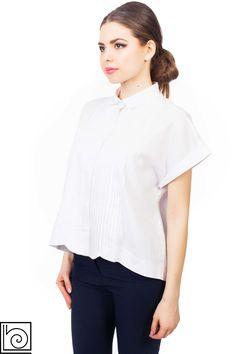 ad98545ab01 Женская брендовая блуза белого цвета со спущенным коротким рукавом. Спереди  застежка по всей длине