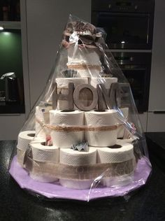 Make cake from toilet paper itself - cake with a difference .- Torte aus Toilettenpapier selber machen – Torte mal anders gestalten creative way to decorate your home decor and accessories - Craft Gifts, Diy Gifts, Towel Cakes, Housewarming Party, New Home Gifts, Welcome Home Gifts, First Home Gifts, Bridal Shower Gifts, Creative Gifts