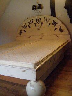 ložnice nová postel s motýly