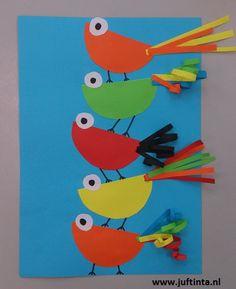 Van halve ronde vouwblaadjes maak je deze schattige vogeltjes! De pootjes zijn getekend met stift en zijn niet even lang. Wanneer je het halve rondje er een beetje schuin opplakt, lijkt het net of de vogeltjes op elkaar balanceren. Met dank aan juf Diana !