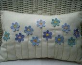 Artículos similares a Decorative Pillow - Turquoise and Blue Felt Flower Bouquet, Stitched Stems, Rectangular en Etsy