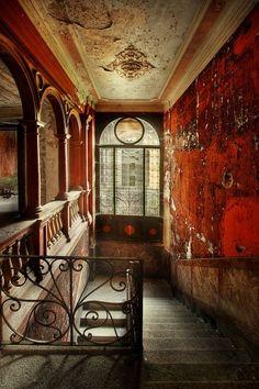Diese Treppe führte einst zur Villa Branca, einem 1912 errichteten Weingut mit Residenz am Seeufer von Melide (Luganersee) im Tessin. Seit dem Tod von Besitzerin Adele Branca 1981 stand die Villa leer - wegen seiner attraktiven Lage wurde sie 2010 abgerissen, um einer neuen Immobilie Platz zu machen