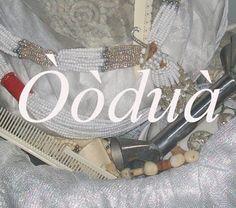Oduduwa u Oddua (Odduduwa) | Es un Orisha y rige en los secretos de los Egun e Ikú. Su representación material alude a la formación del mundo, del cual forman parte el reino animal, el vegetal y el mineral. Vive en las tinieblas profundas de la noche. Tiene un solo ojo fosforescente. Es una masa espiritual de enorme poder que no tiene forma ni figura. Se vale de los espíritus para manifestarse.