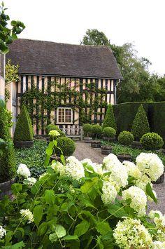 dreamy English Countryside house with the dream garden! Formal Gardens, Outdoor Gardens, Landscape Design, Garden Design, Hortensia Hydrangea, White Hydrangeas, English Country Gardens, English Countryside, White Gardens