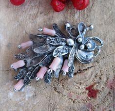 Купить или заказать брошь 'Тюльпаны' в интернет-магазине на Ярмарке Мастеров. Коллекция 'Волшебный сад' ..выполнена во флористическом стиле, переносит нас в атмосферу естественности, наполненную свежестью и светом, в нежный и яркий мир волшебного сада. Цветы стали источником вдохновения для создания украшений брошь с кораллом изготовлена в технике Тиффани GEMS. Чернение патиной, обработана ант…