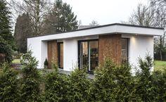 www.solilux.nl 0342231013 wilt u een mantelzorgwoning bouwen? Mantelzorgwoningen van Solilux worden geheel naar uw smaak en indeling ontworpen. Naast een #mantelzorgwoning op maat bouwen wij ook uw ; tuinkantoor gastenverblijf vakantiewoning of chalet op maat www.solilux.nl Small Modern Home, Modern Tiny House, Tiny House Living, Modern Bungalow House Design, Small House Design, Prefab Cottages, Tiny House Exterior, Swimming Pool House, Backyard Studio