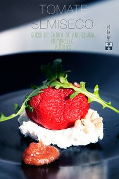 Receta: Tomate semiseco con queso de cabra, membrillo, piñones y rucula. Explosion de sabores. www.flambeando.com/tomate-semiseco/