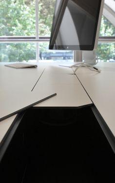 Detailaufnahme des Kabelkanals_Organisation von störenden Kabeln #schreibtisch #officedesk #desk #office #design #new #furniture