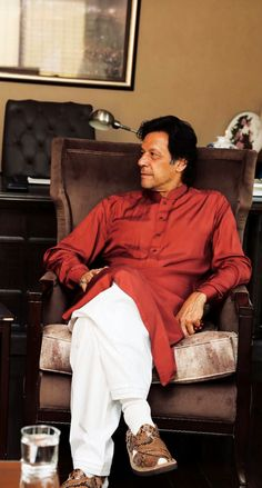 Imran Khan Cricketer, Imran Khan Pakistan, The Legend Of Heroes, King Of Hearts, Living Legends, Great Leaders, Celebs, Celebrities, Role Models