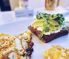 Drömfrulle mitt i veckan 🍳💚 #avokadomacka #frukost rågbröd avokado keso groddar stekt ägg