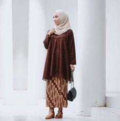 Everything about simplicity is just a lovely thing ☺️ (Kondangan set from 💛) Kebaya Modern Hijab, Kebaya Muslim, Muslim Dress, Blouse Batik, Batik Dress, Modest Fashion, Hijab Fashion, Kurung Peplum, Kebaya Brokat