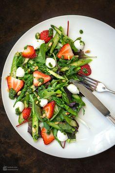 Spargel-Salat mit Erdbeeren & Basilikum-Pesto | Madame Cuisine Rezept