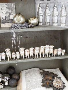 Antiker Weihnachtsschmuck, Weihnachtsdekoration im Wohnzimmer, antikes Bauernsilber,