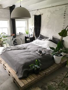 Minimalist Bedroom Design for Modern Home Decor - Pallet Decor Ideas which you can easily build. Pallet Decor Ideas projects with pallets is there are so many different type of items. Stylish Bedroom, Modern Bedroom, Bedroom Simple, Master Bedroom, Bedroom Bed, Girls Bedroom, Skull Bedroom, Summer Bedroom, Warm Bedroom