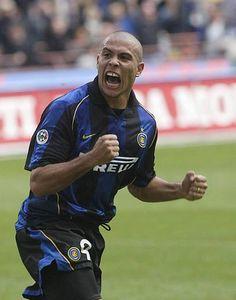 Ronaldo esultante nel 2002 . Il brasiliano con l'Inter dal 1997 al 2002 (Omega)