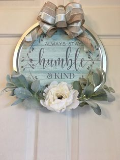 Uniquely made door hanger or for wall. Made out of a pizza pan. Bow, peony, and lambs ears included. Dollar Tree Decor, Dollar Tree Crafts, Diy Wreath, Door Wreaths, Fabric Wreath, Wreath Hanger, Diy Home Crafts, Fall Crafts, Charger Plate Crafts