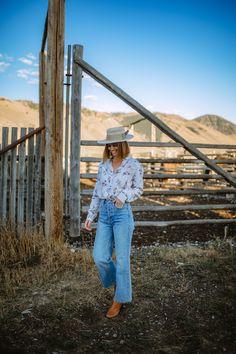 Wide Leg Denim + My Custom Cowboy Hat - Wanderlust Out West Vintage Fashion 1950s, Victorian Fashion, Vintage Hats, O Cowboy, Cowboy Western, Western Art, Custom Cowboy Hats, Mountain Fashion, Wide Leg Denim