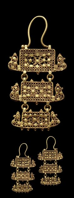 Syria | Pair of tiered gold filigree earrings; with bird extending from bottom corner either side and granulated decoration | 10th - 11th century | Est. 5'000 - 7'000£ ~ (Oct '11)
