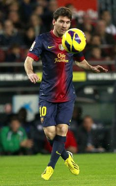 Messi levita con la pelota en el partido ante el Zaragoza 2012-2013.