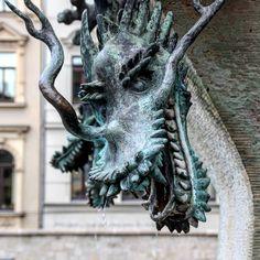 Asiatischer Drache - Drachenkopf #brunnen #fountain #kunstimöffentlichenraum #halle