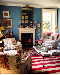 Beautiful lounge room of such a lovely room to come home to on this gloomy Friday night. English Interior, English Decor, Classic Interior, Teen Girl Bedrooms, Guest Bedrooms, Master Bedroom, Luxury Decor, Country Decor, Living Room Decor