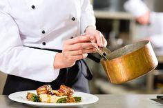 """Oferecer um jantar em casa para amigos e familiares não é uma tarefa fácil para quem não tem habilidade na cozinha. Pensando nisso, quatro paulistanos criaram em 2015 a plataforma """"Bloochef"""", que leva serviços de um chef profissional até a sua residência ou evento."""