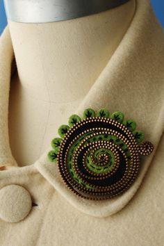 Items similar to Felt and zipper abstract brooch on Etsy Zipper Jewelry, Fabric Jewelry, Zipper Flowers, Fabric Flowers, Felt Crafts, Crafts To Make, Zipper Crafts, Wool Embroidery, Felt Brooch