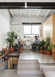 Architect Hernán Landolfo and his girlfriend, photographer Lucia Gentile, live and work in the apartment, sharing an elevated office space.