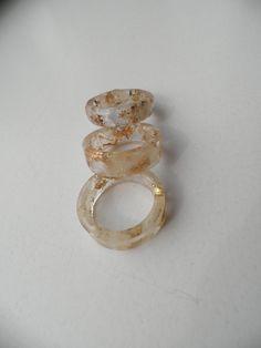 Hars ring. Ring met witte bloemblaadjes en gouden vlokken. Hars sieraden. Decoratie voor de vrouw. Stapelringen. Natuur ringen.