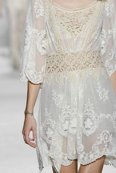 Alberta Ferretti spring 2011, such a perfect dress for summer -crisp, white lace screams for a glance