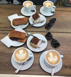 Yes please! Sonntag ist bei uns immer der Tag des Kaffees. Der wird dann so richtig gemütlich auf der Couch getrunken und der Tag beginnt super entspannt... Zeitumstellung haben wir zum Glück NOCH nicht wirklich bemerkt. Wie geht es euch damit? #zeitumstellung #butfirstcoffee #kaffee #italianlifestyle #tiramisu #capuccino #yummy #lecker #loveit #coffeelover #sundaymood Super, Tiramisu, Couch, Instagram, Sunday, Drinking, Sofa, Sofas, Tiramisu Cake