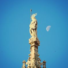 La #luna e il soldato The #moon and the soldier #duomodimilano #milancathedral #Milano #milan #mattina #morning #buongiorno #goodmorning #milanodavedere #alba #sunrise #cielo #sky #guglia #spire #photooftheday by duomodimilano