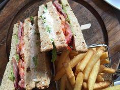 Club sandwich con il granchio, avocado e pancetta accompagnato dalle patatine fritte Andaz Hotel - East Way London  http://www.missclaire.it/foodbeverage/un-brunch-da-regina-alleast-way-ristorante-dellandaz-hotel-di-londra/