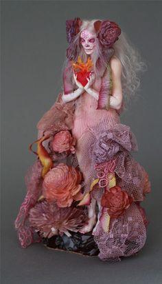 Американская художница Nicole West (Николь Вест) создает очень необычные куклы. Все куклы наполнены чувствами, эмоциями и выглядят как будто живые. Nicole West о себе: 'Я была художником почти всю свою жизнь. Родилась с даром, скажете вы. Моя мама говорит мне, что увидела мой талант, когда я, ещё будучи маленьким ребенком, из утреннего тоста умудрялась выкусывать формы животных.