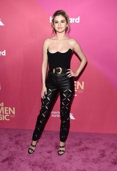 'Top' palabra de honor con forma de corazón invertido y pantalones de cuero con cortes geométricos, su estilismo para acudir a los Billboard