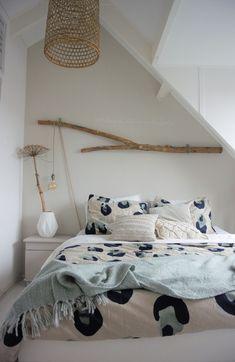 Dit zijn de populairste stijlen voor hanglampen - Alles om van je huis je Thuis te maken   HomeDeco.nl Home Interior, Living Room Interior, Cozy Place, Home Improvement, Toddler Bed, Sweet Home, Bedroom, Inspiration, Styling Tips