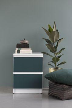 Mörk grön front på sängbord i sovrum. Stickyfront Deep Forest självhäftande möbeldekor. Avtagbar, PVC-fri och gjord av polyestertyg. Har jättefin tygkänsla (inte alls som vinylplast) Fotograf: Bodil Bergqvist
