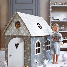 Une cabane d'enfant en carton