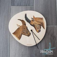 Dessin bouquetin sur horloge en bois Crayons Pastel, Moose Art