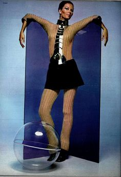 This outfit is from the space-age fashion line by Pierre Cardin, The space-age look uses things like plastic, metal, and or chain mail. Sixties Fashion, Mod Fashion, Unisex Fashion, Vintage Fashion, Fashion Basics, Woman Fashion, Gothic Fashion, Pierre Cardin, Jeanne Paquin