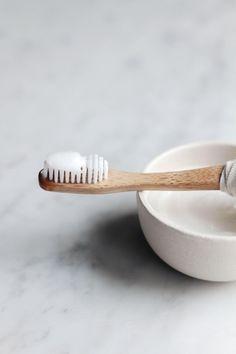 Make your own toothpaste - Er is maar één manier om zeker te weten welke ingrediënten je (huishoudelijke) spullen bevatten: maak ze zelf. Kyra de Vreeze - ze schreef ooit 'Daytox' over het ontgiften van je lichaam - geeft elke week een recept voor het ontgiften van je omgeving: van wasmiddel tot tandpasta tot muggenspray.