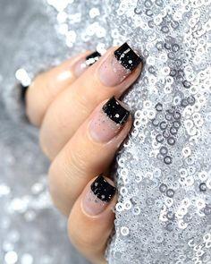 Comme promis avant ma petite semaine de vacances, le dernier nail art de 2017 est à retrouver sur le blog ✨ Et vous, vous portez quoi ? 😊 Je vous souhaite un très bon réveillon ❤️• As promised before my short break, the last nail art of 2017 is on the blog ✨ Whats on your nails? 😊 Wishing you a very Happy New Years Eve ❤️• #notd #scra2chweekly #marinelovespolish #nails #nailart #naildesign #nails2inspire #festivenails