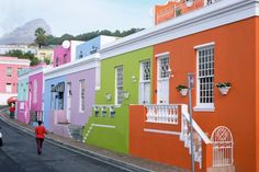 Nella classifica delle stradepiù colorate al mondo non può mancare questa di Città del Capo, in Sudafrica nell'antico quartiere di Bo Kaap. Un mix di colori dall'effetto arcobaleno cherispecchiano il meltin pot della popolazione che qui vi abita