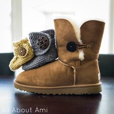 Crochet Wrap Around Baby Button Boots! So chic and adorable, perfect for matching with Uggs! Free pattern via Ashlee Marie! Crochet Baby Boots, Crochet Shoes, Crochet Slippers, Knitted Baby, Crochet For Kids, Free Crochet, Knit Crochet, Crochet Rope, Crochet Crafts