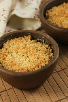 Crumble de frango com abobrinha, uma farofinha temperada com tomilho cobrindo tirinhas de frango e fatias fininhas de abobrinha.