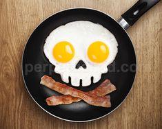 Molde para huevos en forma de calavera con las yemas hacia arriba | 17 inventos geniales para el desayuno que te cambiarán la vida