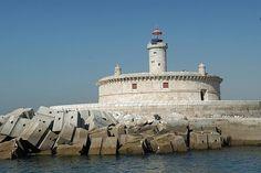 """Bugio Lighthouse, Oeiras - Portugal - O relatório de inspecção efectuada em 1751 ao farol, mostra que o mesmo operava com azeite, no período de Outubro a Março, e que se encontrava em razoáveis condições. Esta estrutura, destruída pelo terramoto de 1755, foi reedificada como um dos seis faróis erguidos na costa portuguesa para auxílio à navegação, conforme determinação de um Alvará do Marquês de Pombal datado de 1758. O novo farol entrou em funcionamento em 1775."""""""
